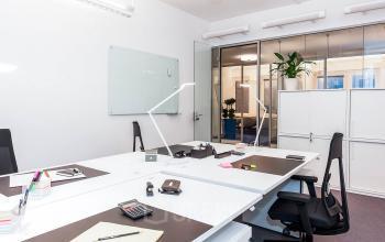 Großer Büroraum mit hochmodernen höhenverstellbaren Schreibtischen