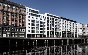 Ansicht einiger Bürogebäude vom Alsterfleet