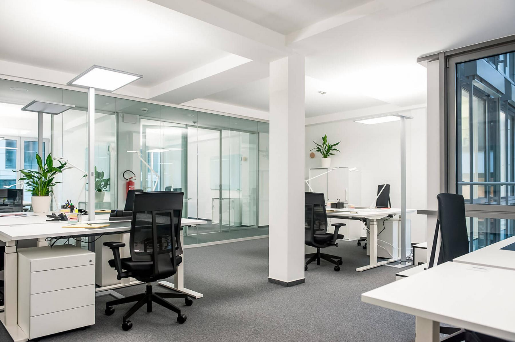 Großer Büroraum mit mehreren Arbeitsplätzen