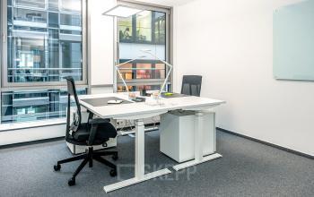 Kleines Büro mit hochwertiger Einrichtung und toller Aussicht