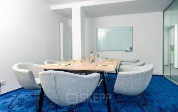 Perfekt eingerichteter Konferenzraum in blauen Farben