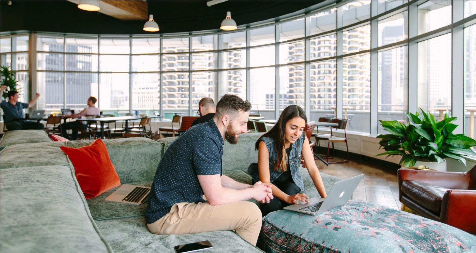 Gemeinschaftsbereich und flexible Arbeitsplätze in hellem großem Raum