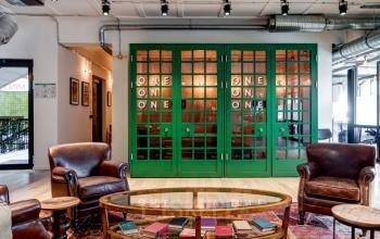 Sitzmöglichkeiten zum entspannen und angrenzendes verglastes Büro und Treppenhaus
