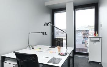 Helles Büro mit modernen Möbeln und großen Fenstern