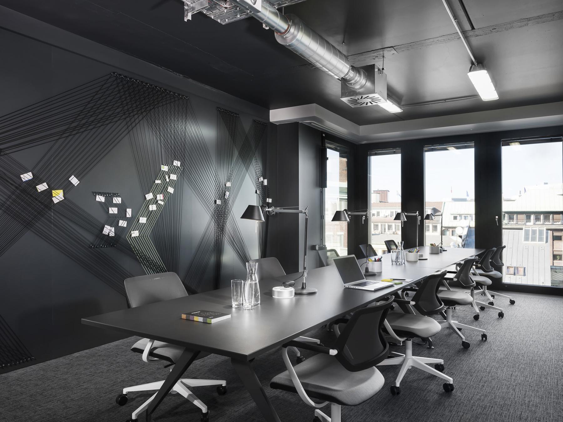 Großes Büro mit hochmoderner Ausstattung und toller Aussicht