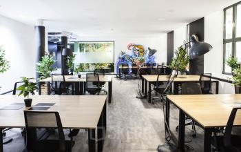 Großer Büroraum mit (flexiblen) Arbeitsplätzen und viel grün