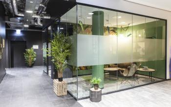Schicker Flur mit verglastem Büro