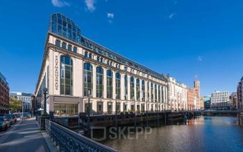 Imposante Außenansicht Bürogebäude mit Wasserbecken