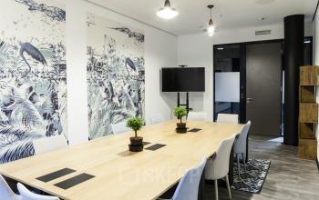 Top eingerichteter Konferenzraum mit Pflanzen und Flachbildschirm