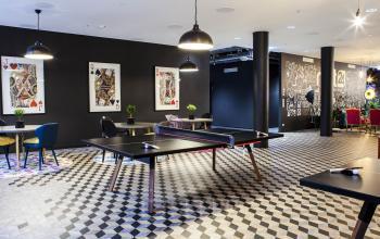 Coworking-Bereich mit Tischtennisplatte und Pokerkarten als Bilder