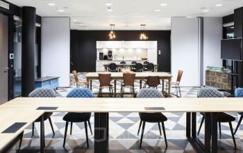 Großer Raum mit vielen Sitzgelegenheiten und Küche