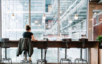 Arbeitsplätze vor riesiger Glaswand im Business Center in Hamburg Neustadt