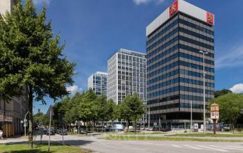 Beeindruckende Außenansicht vom Bürogebäude an der Esplanade in Hamburg