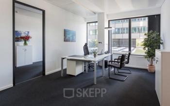 Helles Büro mit großen Fenstern mieten an der Esplanade in der Hamburger Neustadt