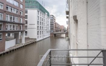 Beeindruckende Kulisse um das Bürogebäude in Hamburg