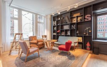 Geräumiger Loungebereich im Bürogebäude in der Hafencity