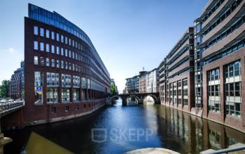 Stilvolle Außenansicht der Immobilie an der Stadthausbrücke in Hamburg