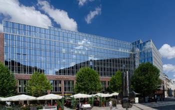Architektonische Außenansicht des Bürogebäudes in Hamburg-Neustadt