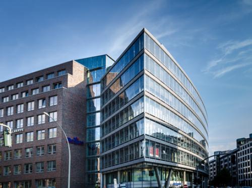 Beeindruckende Glasfassade der Immobilie in Hamburg Neustadt