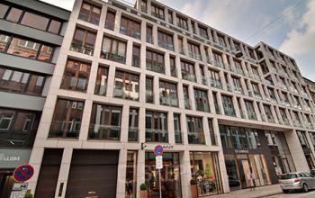 Eindrucksvolle Außenansicht des Bürogebäudes am Neuen Wall in Hamburg Neustadt