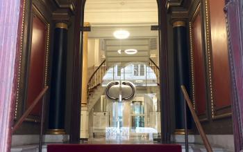 Eindrucksvoller Eingangsbereich der Immobilie in Hamburg Neustadt