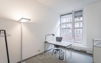 Helle Schreibtischsituation im Bürogebäude in Hamburg Hafencity