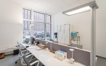 Arbeitsplätze im Teambüro in der modernen Bürolocation in Hamburg