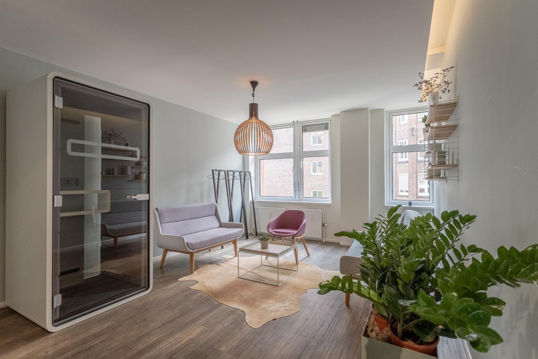 Stylisher Loungebereich des Bürogebäudes in der Hamburger Hafencity