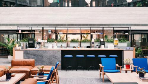 Große Business-Lounge des Bürogebäudes in Hamburg-Neustadt
