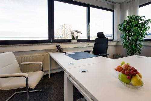 Büro mit großem Fenster in der Immobilie an der Obenhauptstraße in Hamburg-Nord
