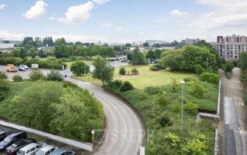 Grüne Umgebung des Bürogebäudes am Brabrinke in Hannover-Döhren