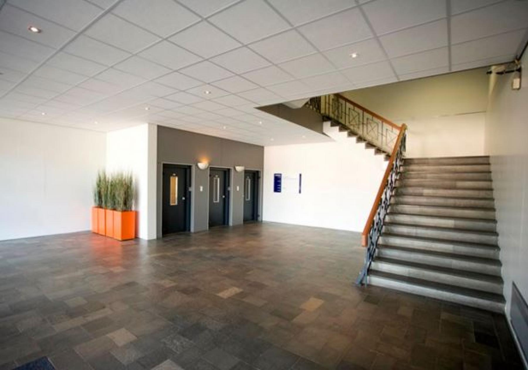 kantoorpand hengelo entree trappenhuis lift kantoorruimte huren