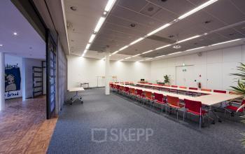 presentatieruimte vergaderruimte vloerbedekking tafels stalen open ruimte kantoorgebouw hoofddorp polarisavenue vlakbij amsterdam