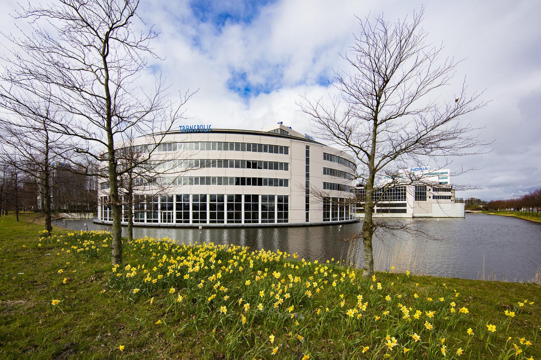 buitenzijde kantoorgebouw water omgeving groen amsterdam hoofddorp polarisavenue