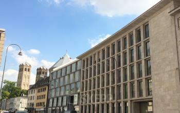 Außenansicht Bürogebäude mit lebendiger Umgebung