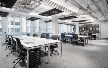Moderne Arbeitspätze in großem Coworking-Bereich