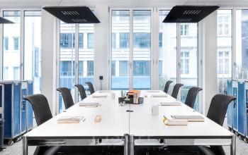 Moderner Konferenzraum mit viel Lichteinfall