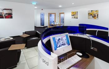 Moderne Business Lounge des Bürogebäudes in Köln, Innenstadt
