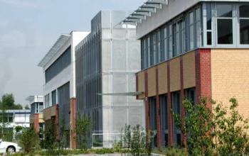 Bürogebäude mit grünem Außenbereich in Köln an der Ruth-Hallensleben-Straße