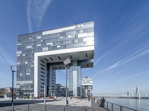 Beeindruckende Außenansicht des Bürogebäudes im Zollhafen in Köln