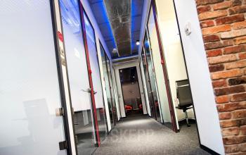korytarz z wejściami do biur galileo