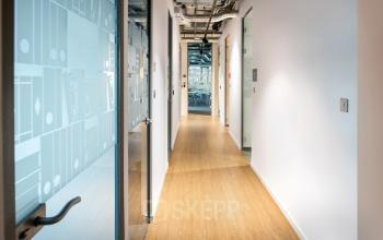 korytarz z wejściami do biur diamata plaza