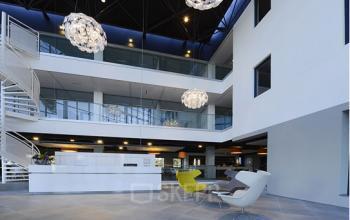 begane grond entree loungestoelen loungeruimte receptie open ruimte leiden kanaalpark kantoorruimte
