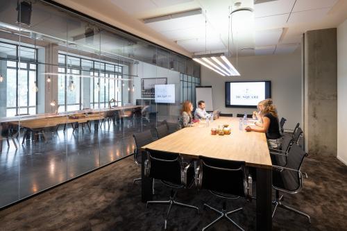 Grote vergaderruimte met ramen