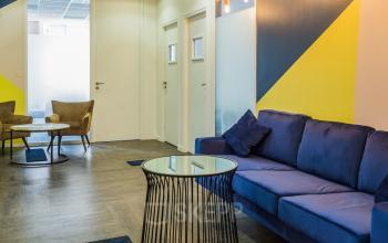 Cet espace commun est doté d'un canapé confortable pour un petit moment de repos dans la rue de la République