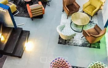 Cet espace commun est décoré avec soin et est l'endroit idéal pour des belles rencontres professionnelles dans la rue de la République