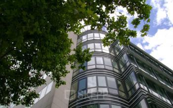 Immeuble de bureau vitré à la rue de la Villette