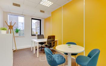 Espace de bureau confortable avec mobilier moderne à la place Charles Béraudier