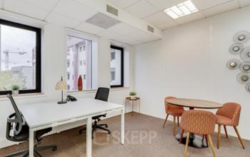 Espace de bureau pour plusieurs collaborateurs avec table ronde pour vos entretiens à la place Charles Béraudier