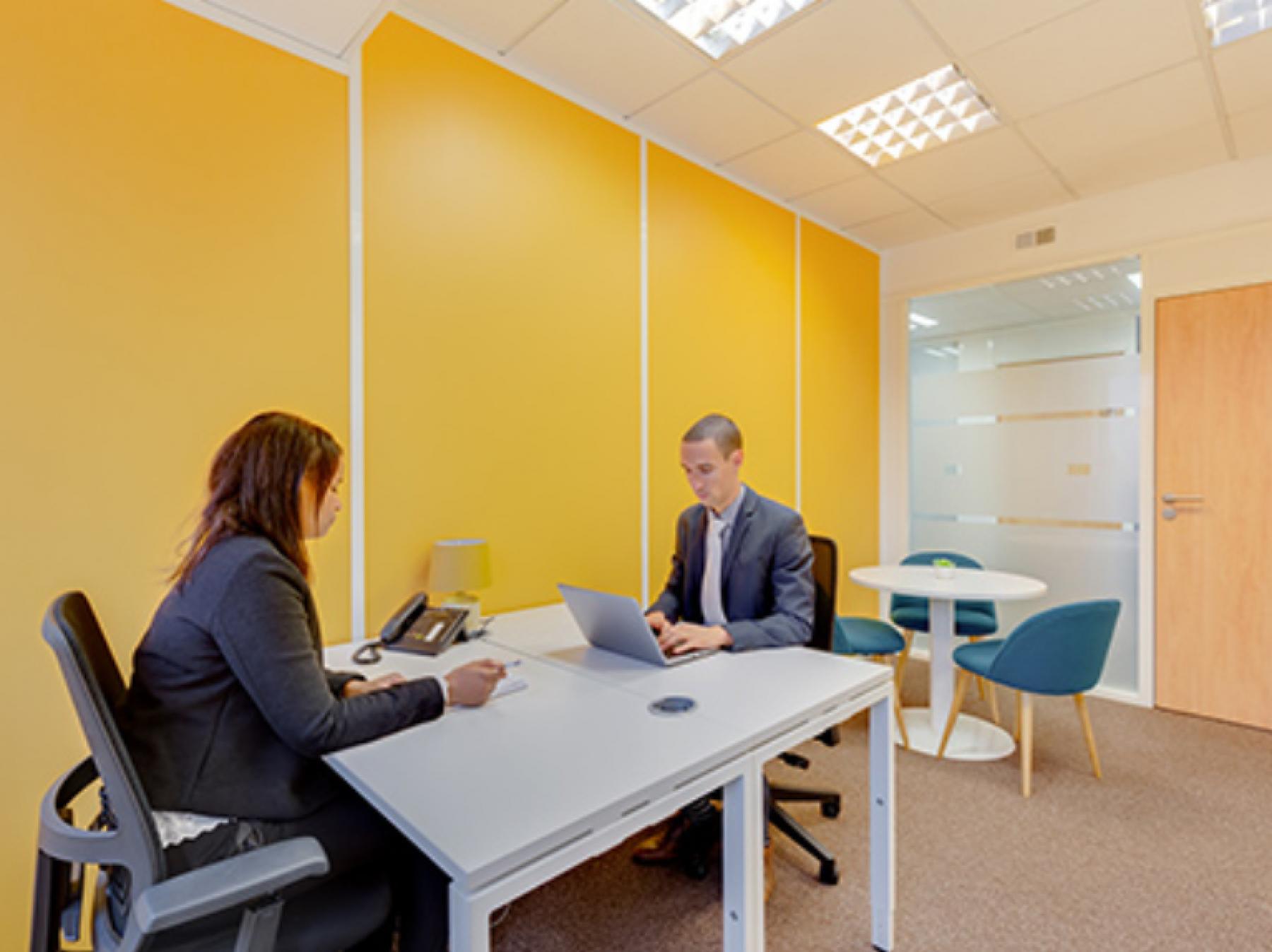 Espace de bureau chaleureux avec table ronde pour vos entretiens à la Place Charles Béraudier